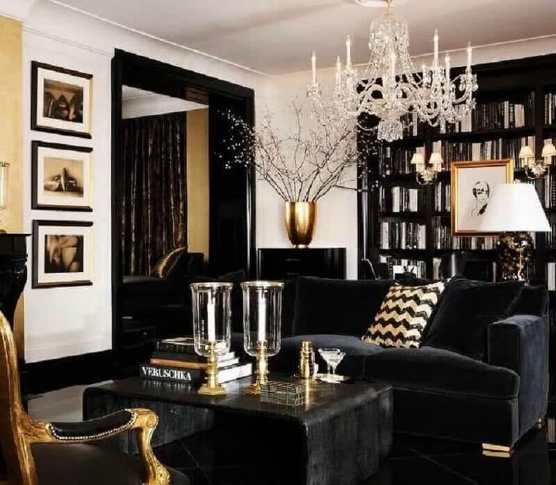 sala preta e dourada sofisticada decorada com mesa de centro preta Foto Furniture and Choice