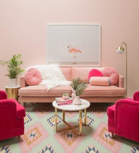 Sala cor de rosa com almofada redonda e manta branca