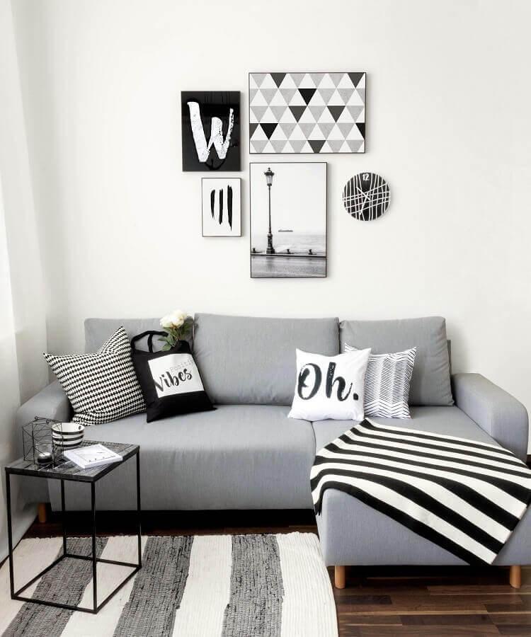 sala simples cinza e branca decorada com sofá em L pequeno Foto Apartment Therapy
