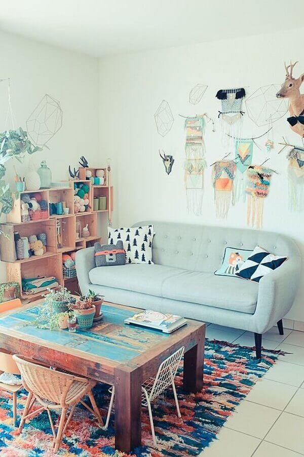 sala simples decorada com sofá pequeno retrô azul pastel Foto Pinterest