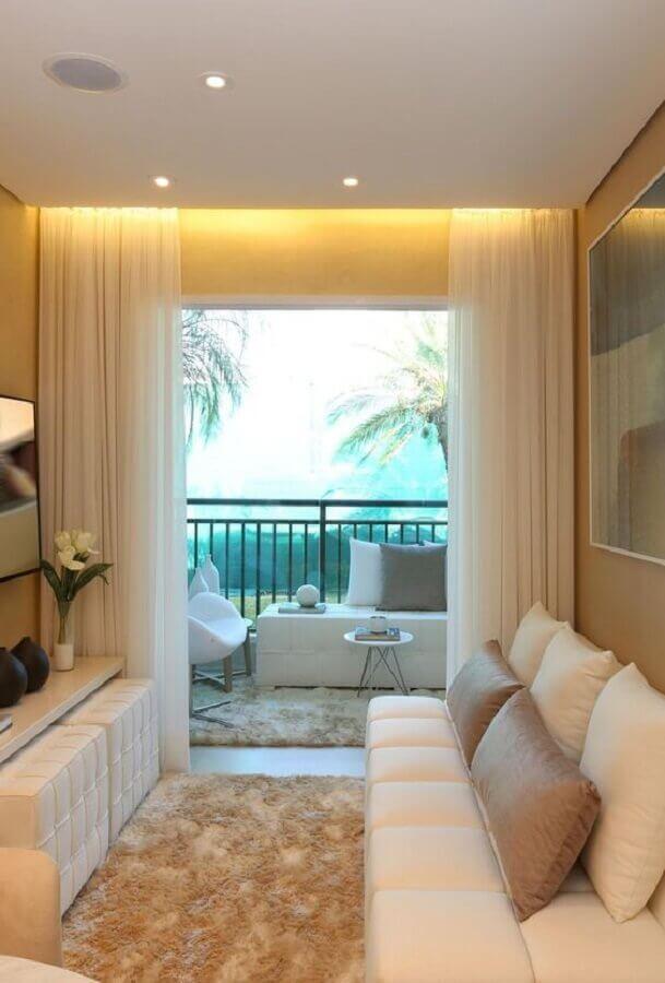 sofá branco sem braço para sala pequena decorada com tapete felpudo bege Foto Pinterest