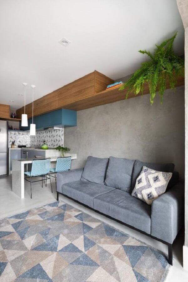 sofá cinza e parede de cimento queimado para sala e cozinha integrada Foto Decor Salteado