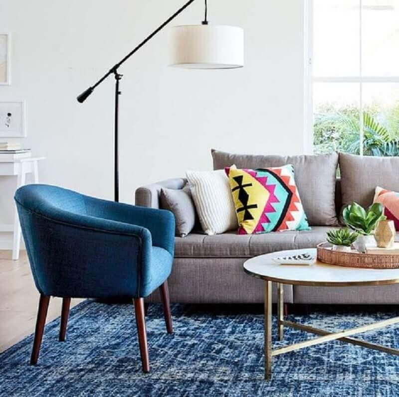 sofá cinza para decoração de sala com poltrona azul petróleo e luminária de chão  Foto Simplichique