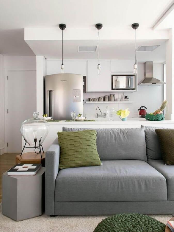 sofá cinza para sala e cozinha integrada com armários brancos Foto Histórias de Casa