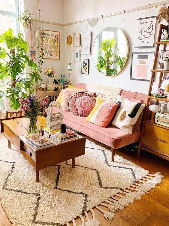 Sofá rosa antigo com almofadas variadas