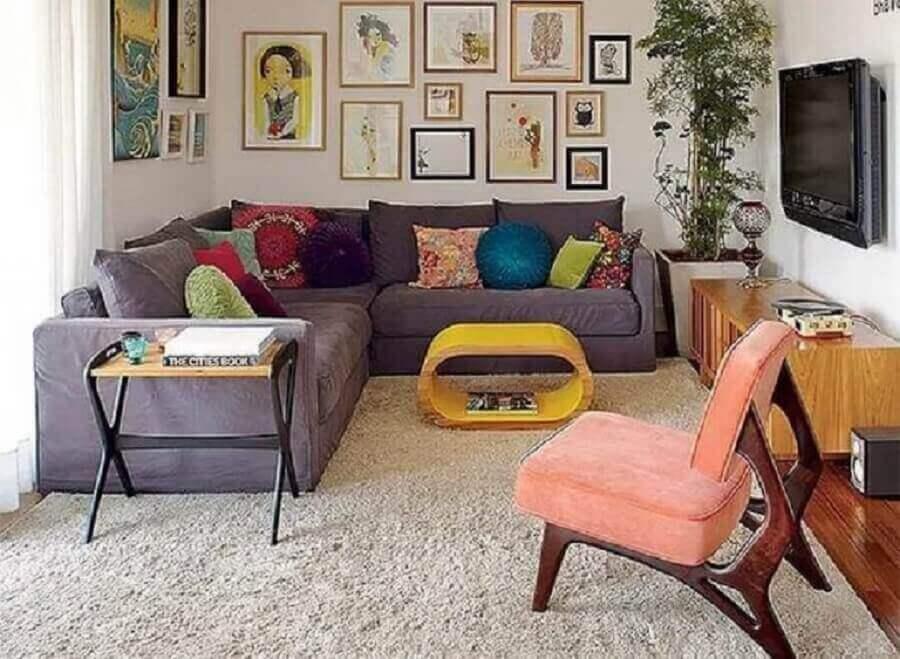 sofá de canto pequeno para decoração de sala simples com almofadas coloridas Foto The Holk
