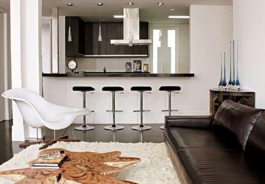 sofá de couro e poltrona branca moderna para sala de estar e cozinha integradas Foto Últimas Decoração