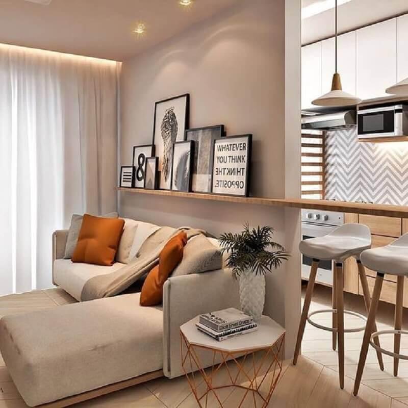 sofá em L pequeno para sala moderna decorada com quadros apoiados em prateleira Foto Muito Chique