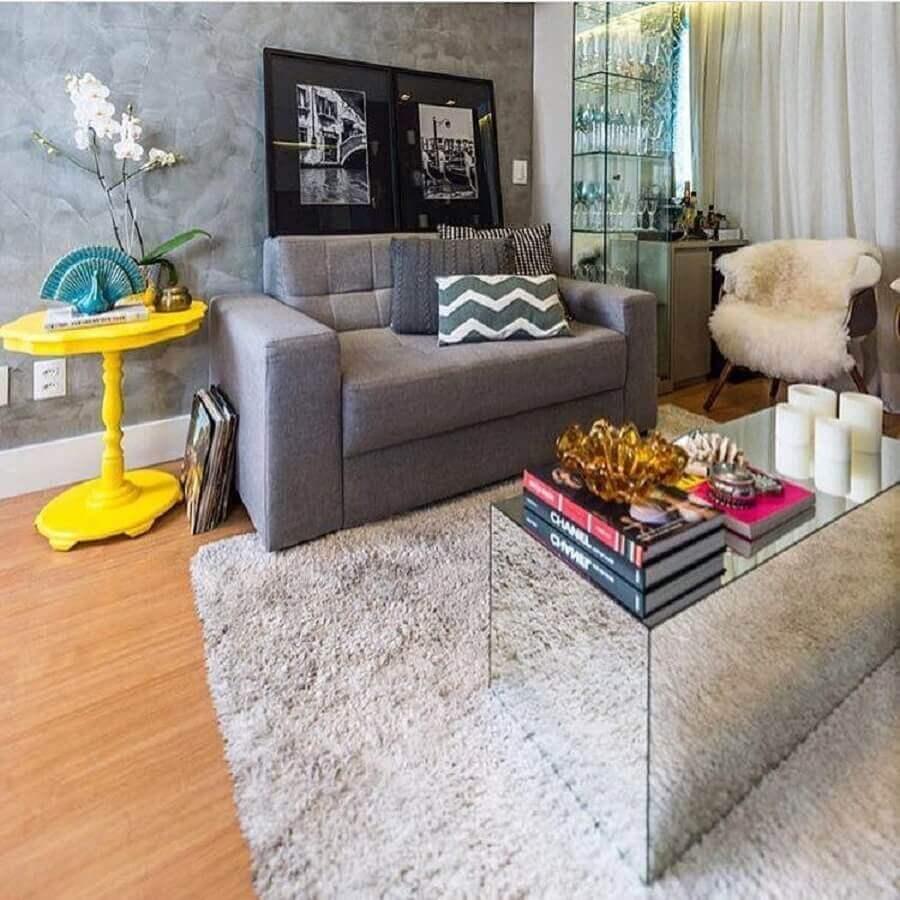 sofá pequeno 2 lugares para sala cinza decorada com mesa de centro espelhada Foto Andrea de Paula e Gabriela Nóbrega