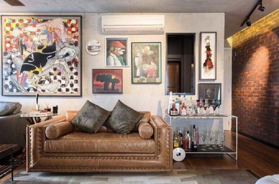 sofá pequeno de couro para sala decorada com barzinho moderno Foto Clarice Semerene