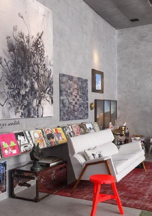 sofá pequeno moderno para sala decorada com parede de cimento queimado Foto Pinterest