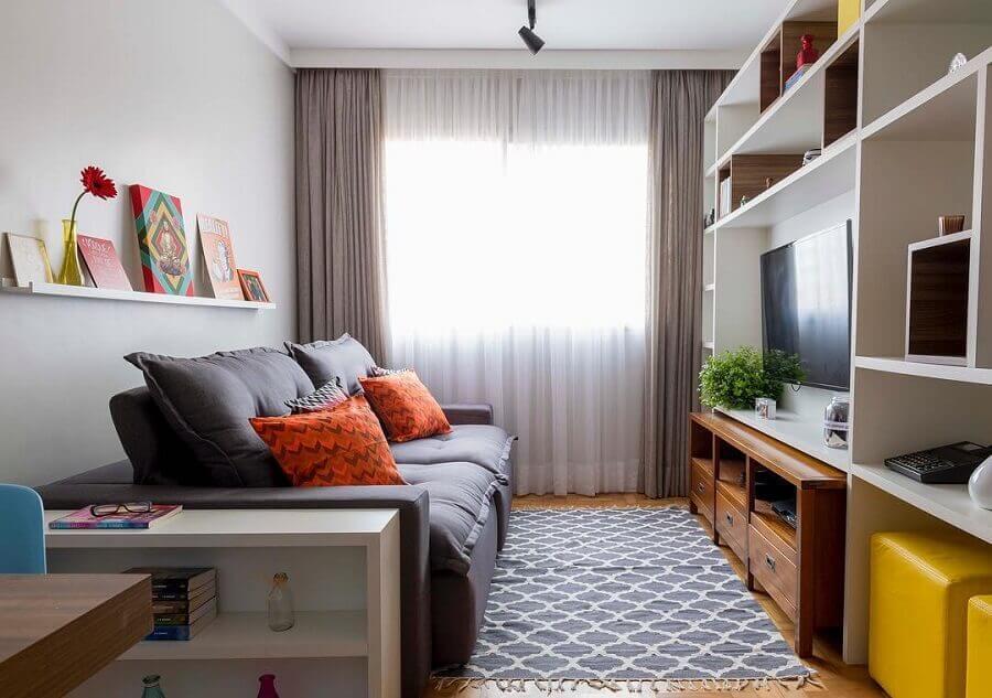 sofá retrátil pequeno para sala de TV decorada com estante de nichos Foto Pinterest