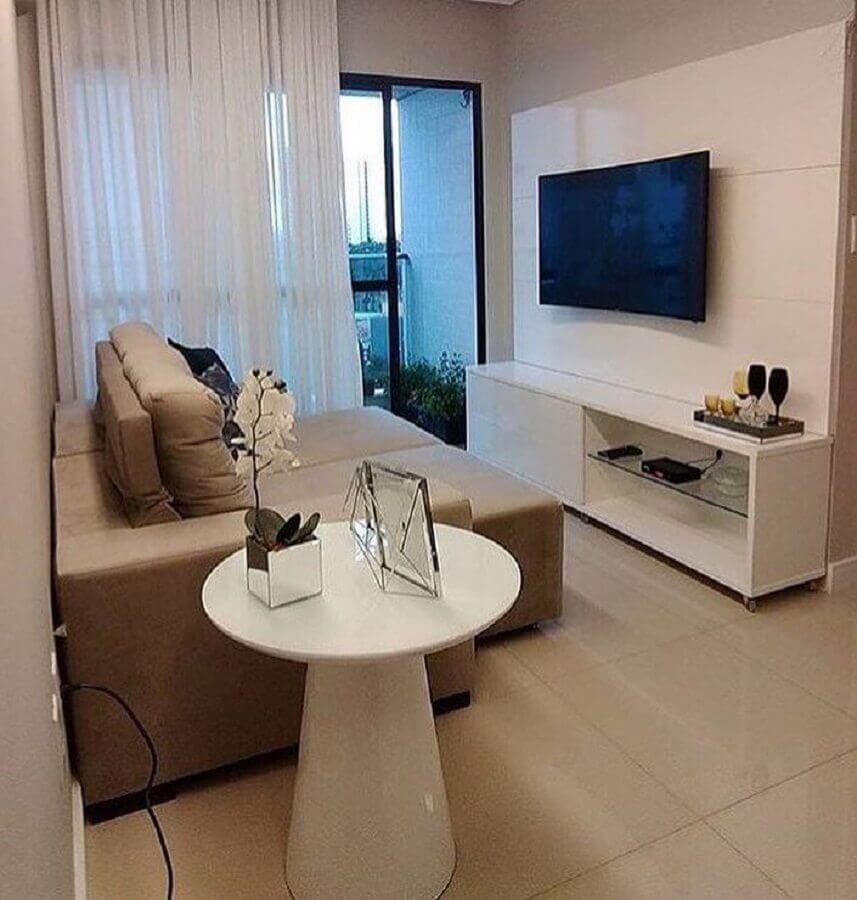 sofá retrátil pequeno para sala de TV decorada com painel branco Foto Home Fashion Trend