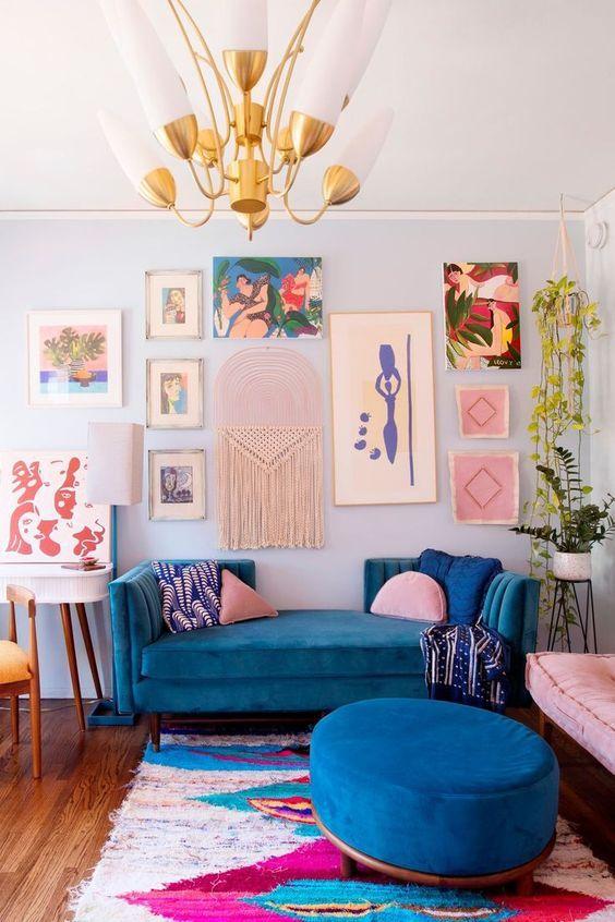 Sofá azul com almofada rosa claro