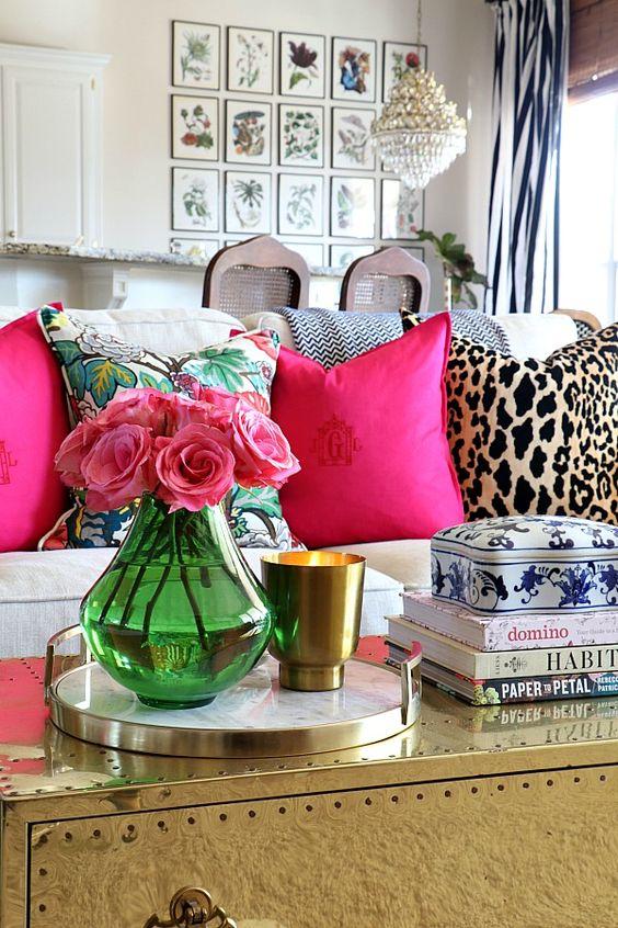 Sofá branco com almofada rosa e oncinha