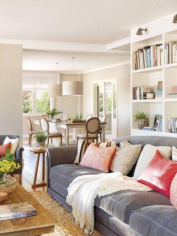 Sofá cinza com almofada rosa antigo