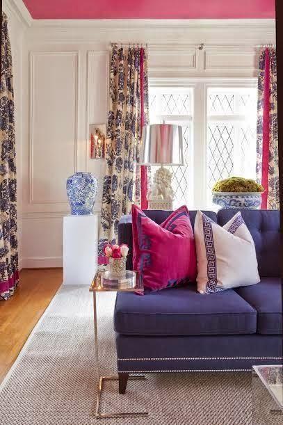 Sofá com almofada rosa e branca