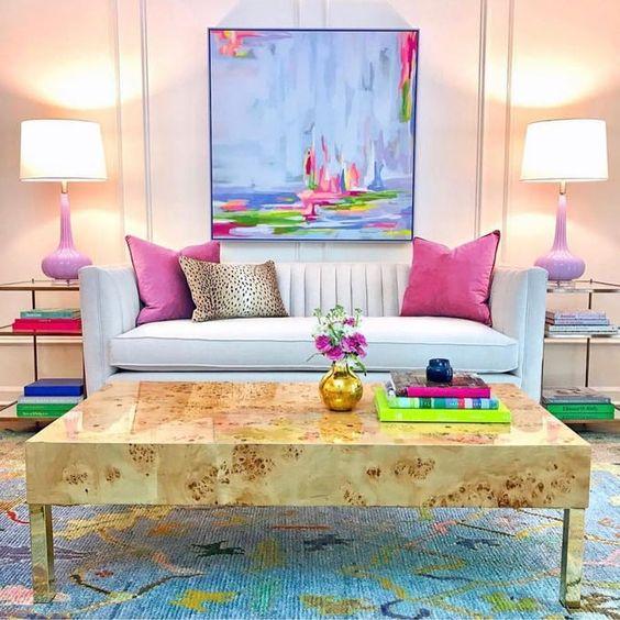 Sala clássica com almofada rosa