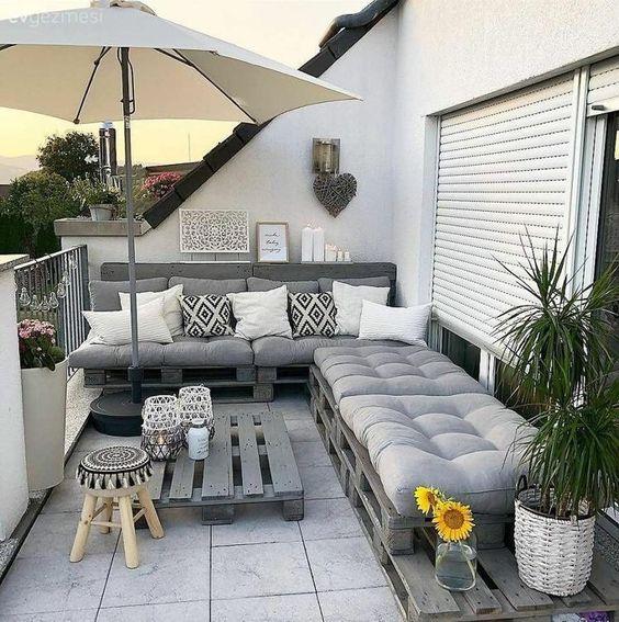 Sofá de palete na varanda em L