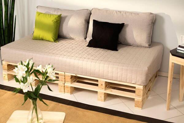 Sofá de madeira neutro para sala moderna