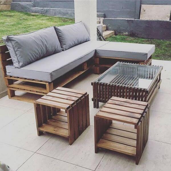 Sofá de madeira no jardim