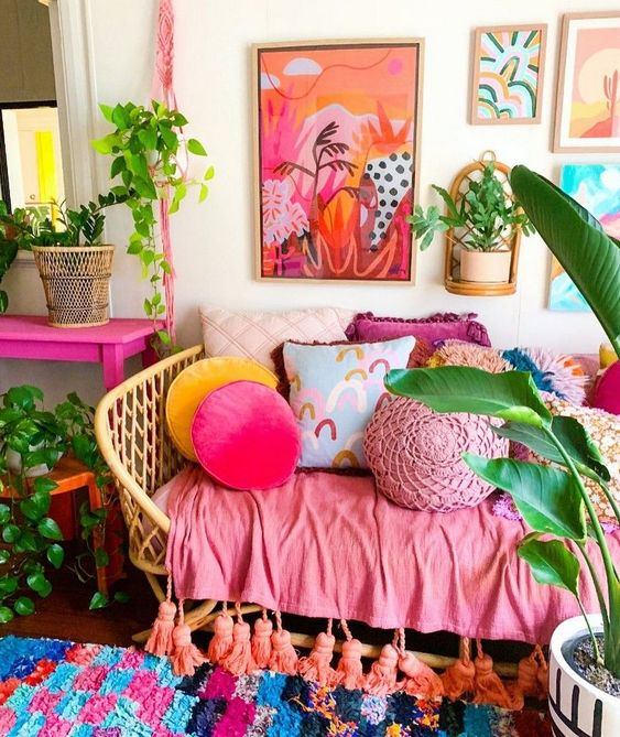 Sofá moderno com almofada rosa
