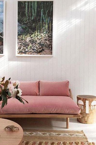 Sofá rosa de madeira