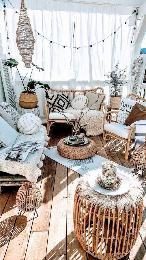 Sofá rústico com almofada e manta