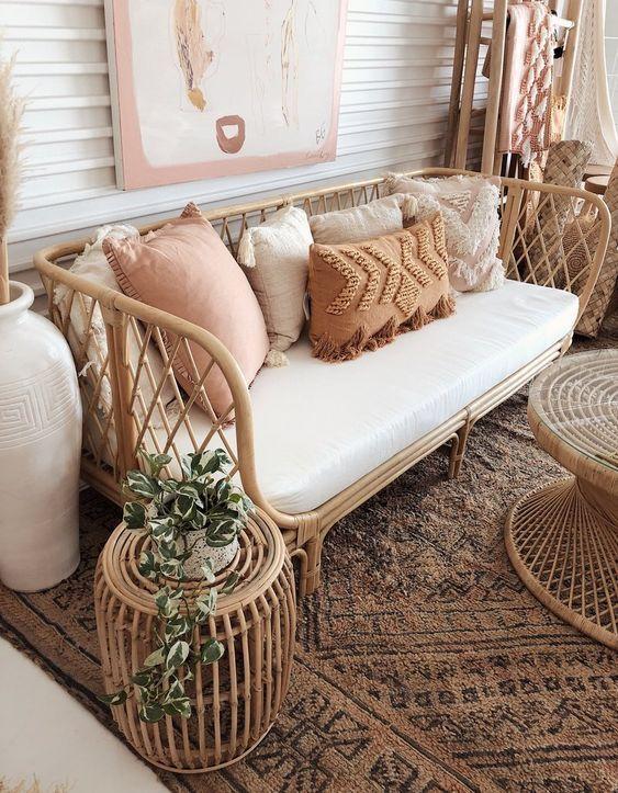 . Sofá rústico com almofada de diferentes tamanhos
