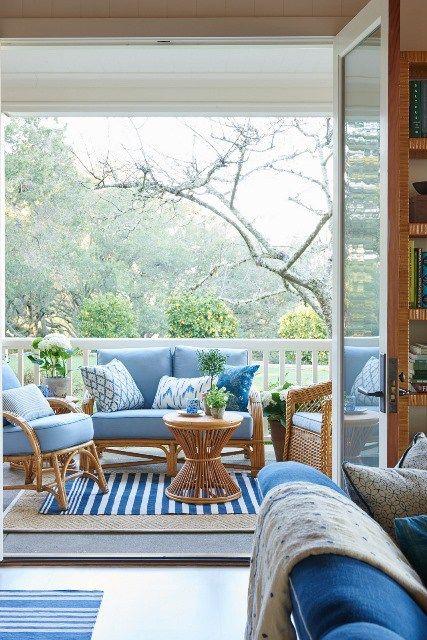 Sofá rústico com estofado azul