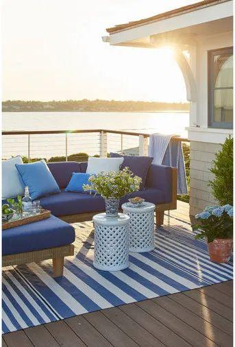 Sofá rústico de madeira e estofado azul