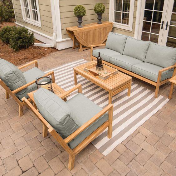 Sofá rústico com poltronas e mesa de centro
