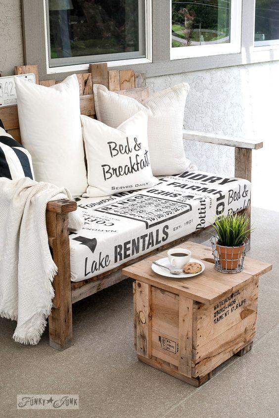 Sofá rústico de madeira com mesinha