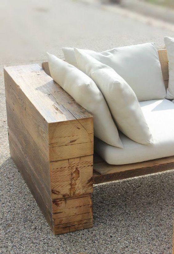 Sofá rustico de madeira com estofado branco