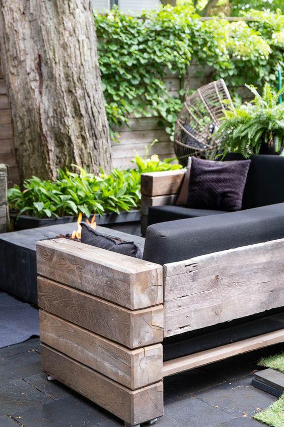 Sofá de madeira rústico com estofado preto