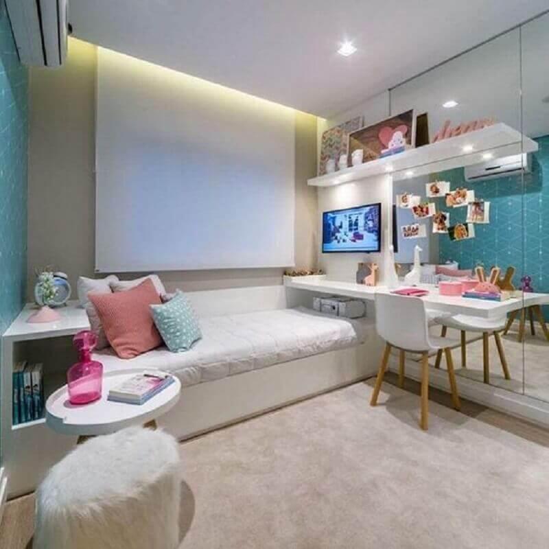 tapete bege claro para quarto decorado com parede espelhada Foto Pinterest