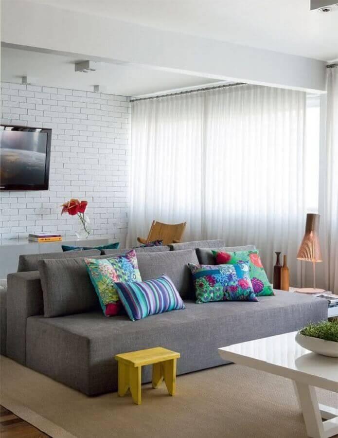 tapete bege claro para sala decorada com sofá cinza sem braço Foto Casa de Valentina