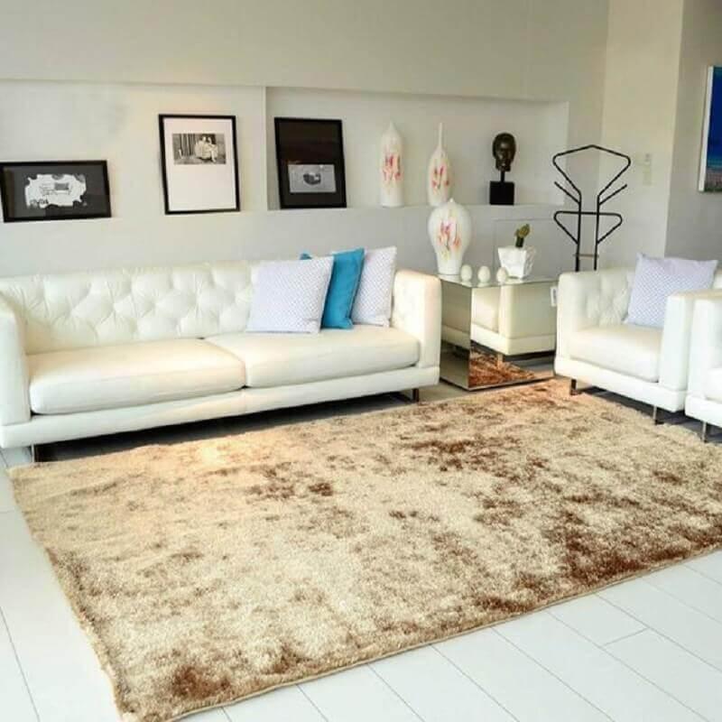 tapete bege mesclado para sala simples decorada com poltronas e sofá branco Foto Pinterest
