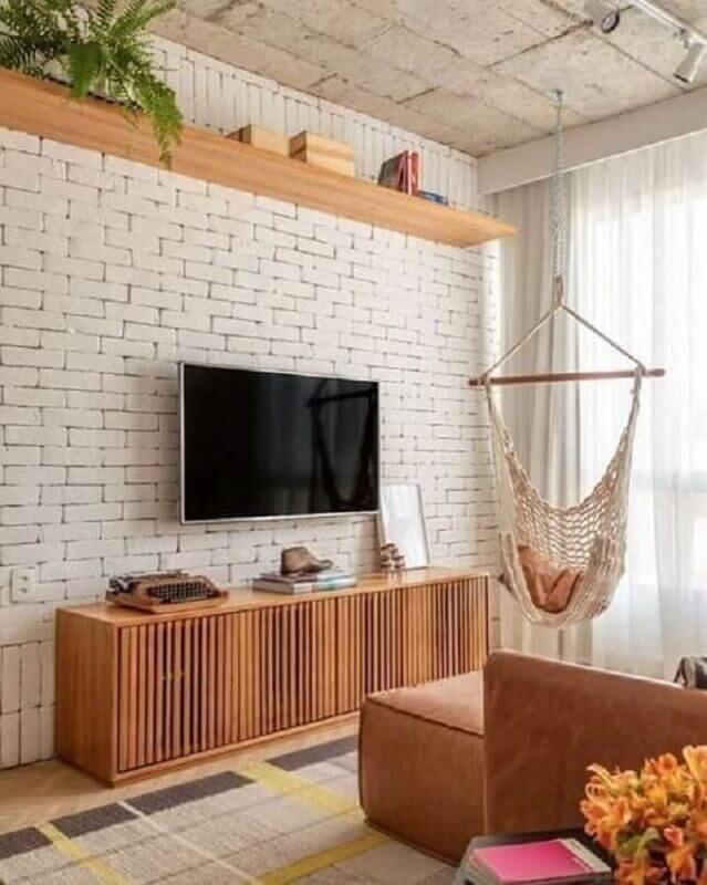 tapete bege para sala de TV com parede de tijolinho Foto Iaza Móveis de Madeira