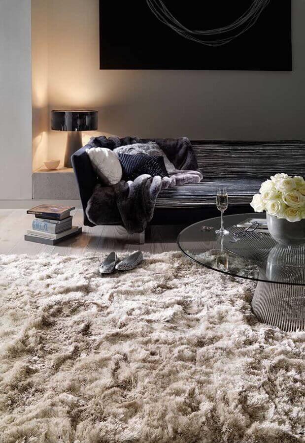 tapete felpudo bege para sala moderna decorada com sofá preto e mesa de centro redonda Foto Pinterest