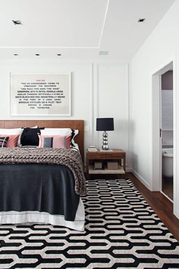 tapete geométrico para quarto decorado com abajur de cabeceira preto Foto Pinterest
