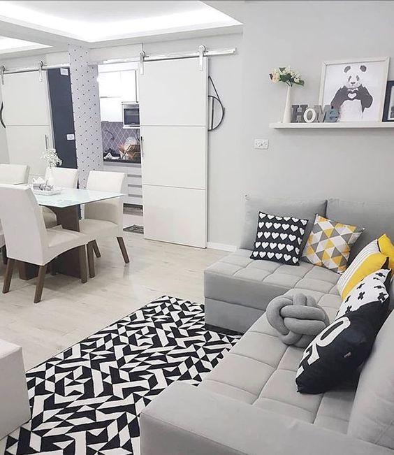 Tapete preto e branco com sofá cinza