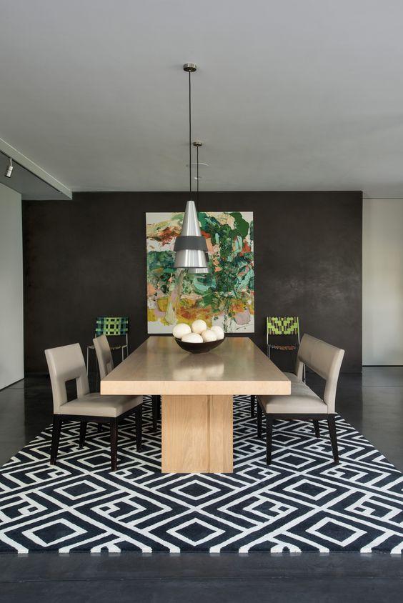 Sala de jantar com tapete preto e branco geométrico