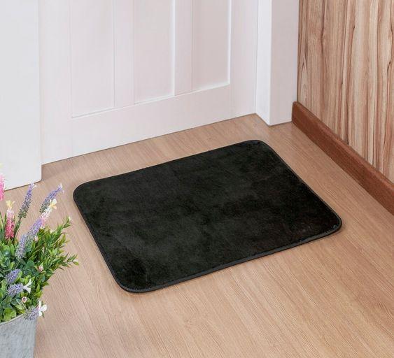 Tapete preto na entrada de casa