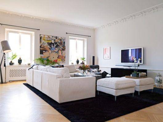 Tapete preto na sala com sofá branco