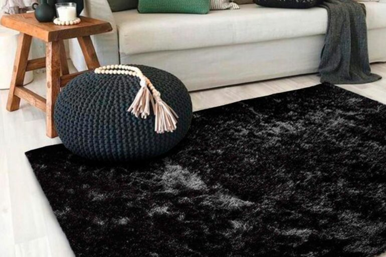 Tapete preto na sala de estar - Via: Revista VD