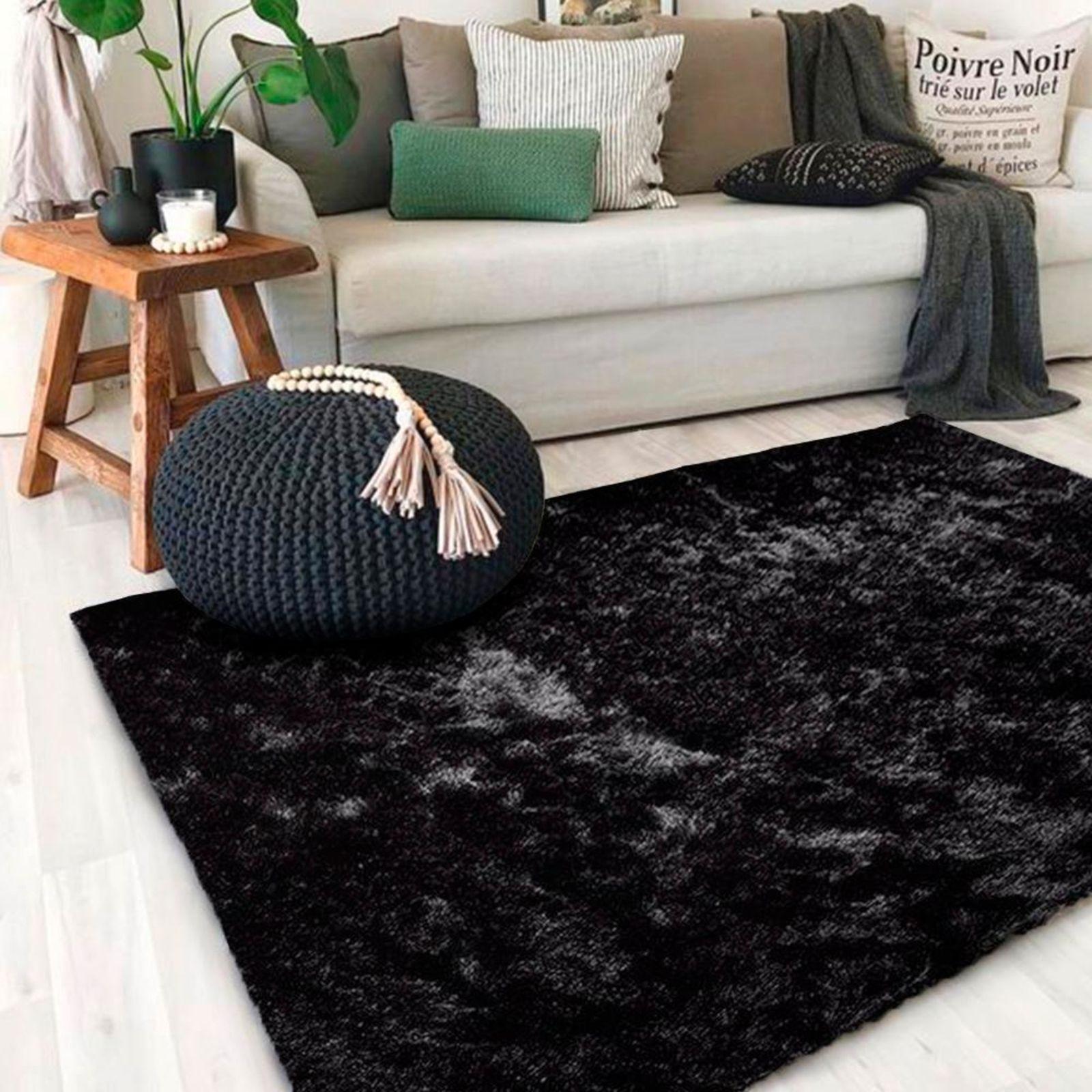 Tapete preto na sala de estar