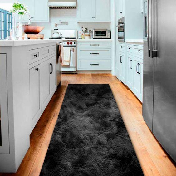 Cozinha com tapete preto