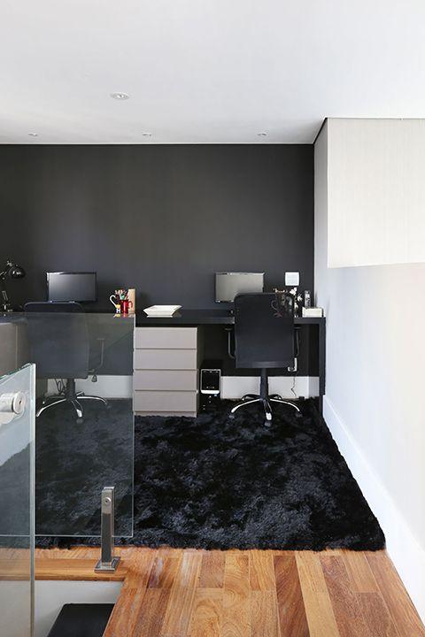 Tapete preto peludo no escritório