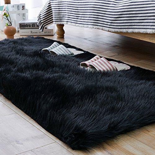 Quarto com tapete preto peludo